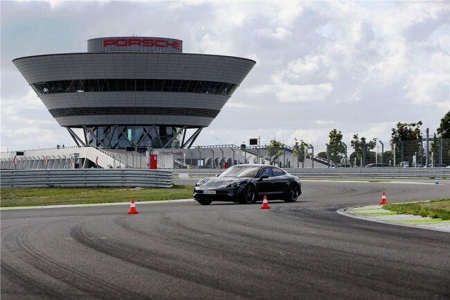Rundenjagd: Im Leipziger Porsche-Werk gibt es einen 3,7 Kilometer langen Rundkurs, auf dem sich Autos unter Extrembedingungen testen lassen. Der Taycan Turbo S im Bild schiebt mit bis zu 761 PS vorwärts.