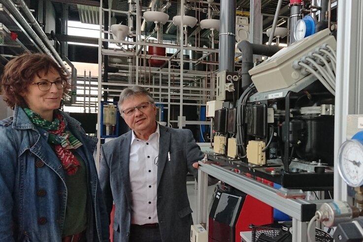Nicole Lauckner und Professor Mario Reichel in der Laborhalle der Gebäude-, Energie- und Klimatechnik. Hier stehen sie vor der Kühlzelle, die Temperaturen bis minus 33 Grad Celsius erzeugen kann.