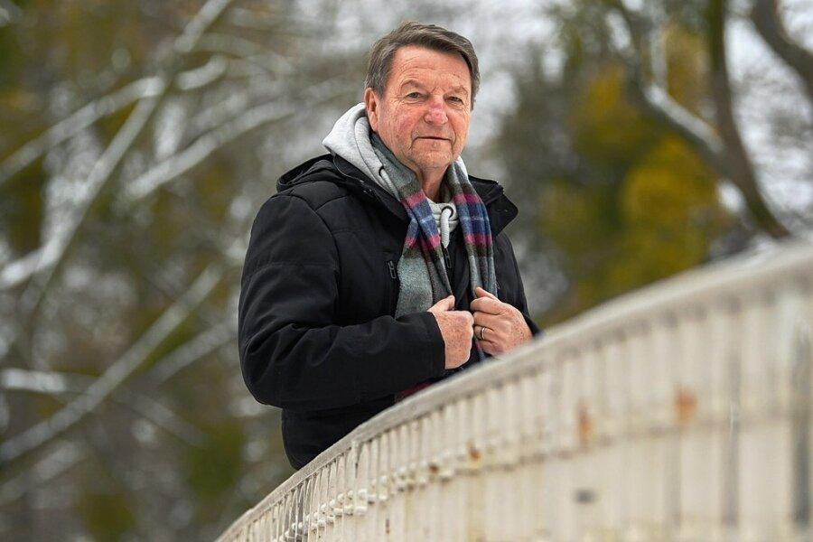 Hans-Jürgen Dörner im Großen Garten auf einer Brücke. Aus Dresden wollte er nie weg.