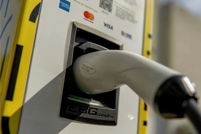 E-Autofahrer müssen ab 2023 bundesweit an allen neu aufgestellten Ladesäulen mit der Debit- oder Kreditkarte zahlen können. Das hat der Bundesrat entschieden.