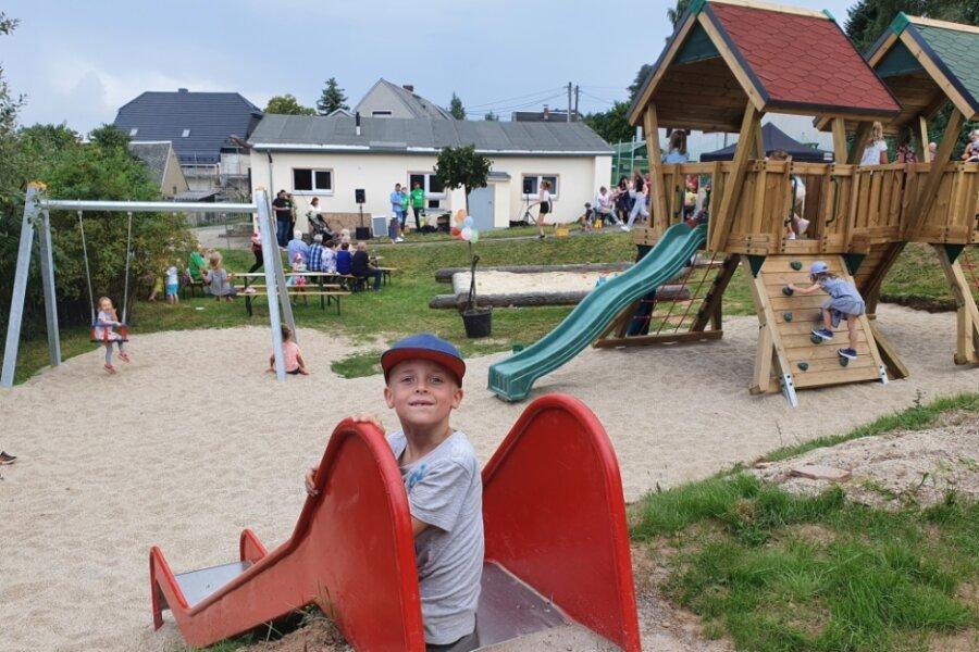 Auch Elias freut sich über den neuen Witzschdorfer Spielplatz.