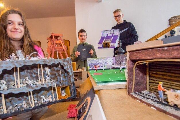 In einem Kunstprojekt hatten Schüler der Oberschule Eibenstock Bergwerke angefertigt. Zu sehen waren die Objekte im Rathaus.