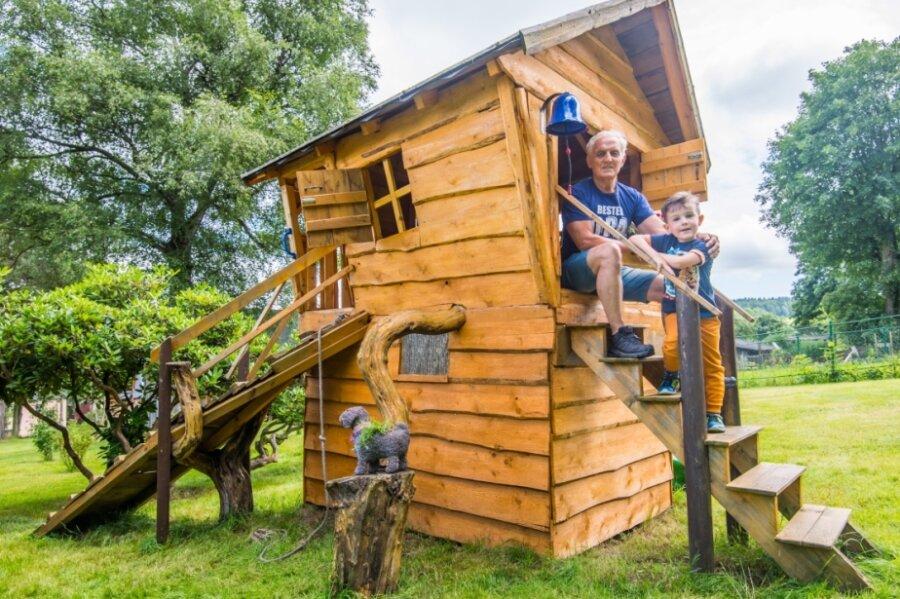 Dietrich Möschler hat auf seinem Grundstück in Grünhain für seinen fünfjährigen Enkel Emilio ein Baumhaus gebaut. Gerade erst wurde es noch einmal mit Holzschutz frisch gestrichen.