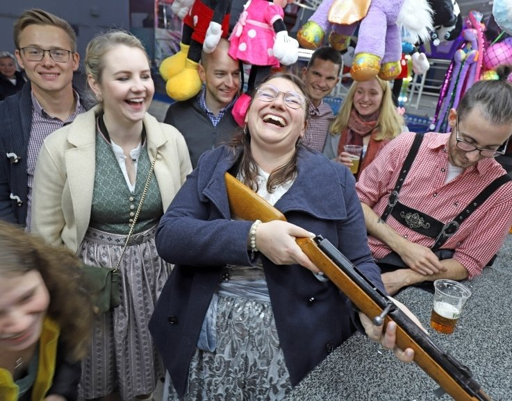 Linda Fiedler (M.) hatte gemeinsam mit ihrer Truppe viel Spaß auf der Siebenlehner Oktoberfestmeile.