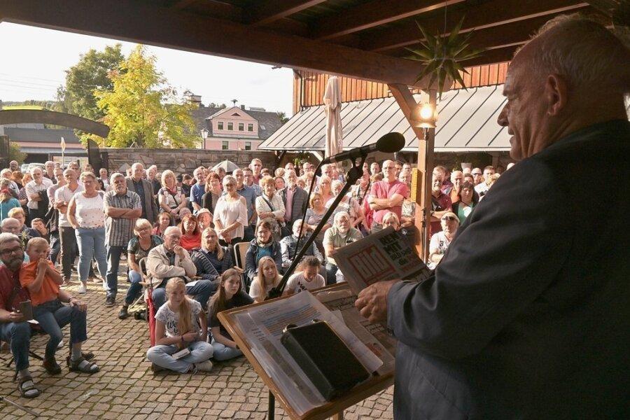 Dicht an dicht stand und saß das Publikum, als TV-Moderator und Evangelist Peter Hahne bei Huß in Neudorf zu Gast war.