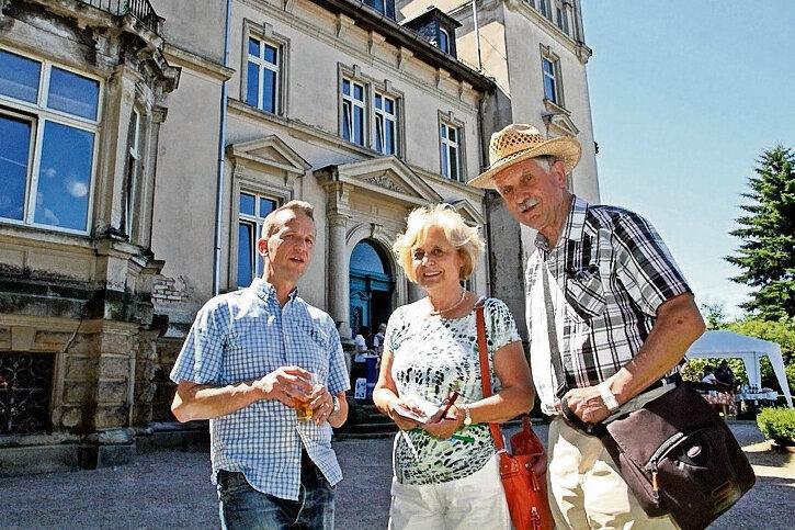 Claus Lämmle (links) war bei den Besuchern - im Bild Christine und Siegfried Bauer aus Chemnitz - den ganzen Tag lang gefragt.