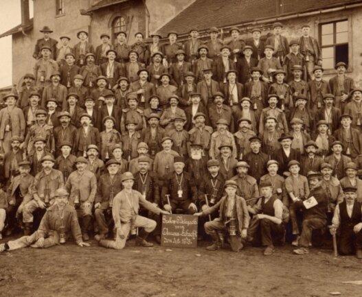 Am 3. Juli 1909 ließen sich die Bergleute des Auroraschachtes mit der umgehängten Wolfschen Sicherheitslampe fotografieren. Ein Jahr später galt für sie die erwähnte Arbeitsordnung.