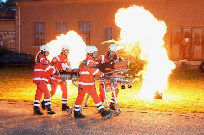 Auf dem Trainingsgelände der Johanniter Sachsen in Leipzig trainierten Ehrenamtliche am Sonnabend für den Ernstfall. Auch eine Katastrophenschutz-Einheit aus Aue war im Einsatz.