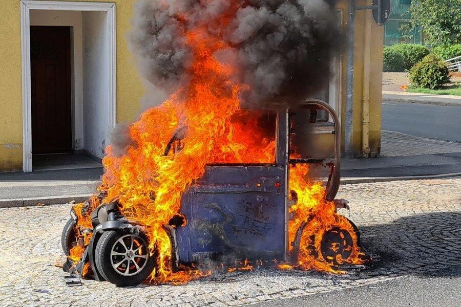 Vergangene Woche stand dieses E-Auto in Meerane in Flammen. Im Vogtland haben die Wehren bisher keinen derartigen Brand gelöscht.