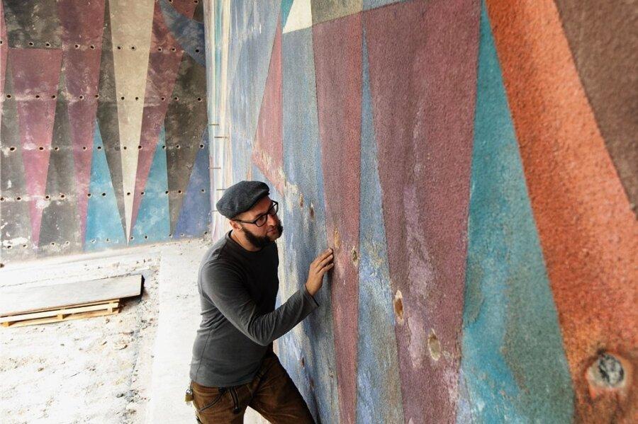 Der Möschwitzer Diplom-Restaurator Martin Fliedner wird das Adler-Kracht-Kunstwerk am Haupteingang des Plauener Rathauses in den nächsten Monaten restaurieren.