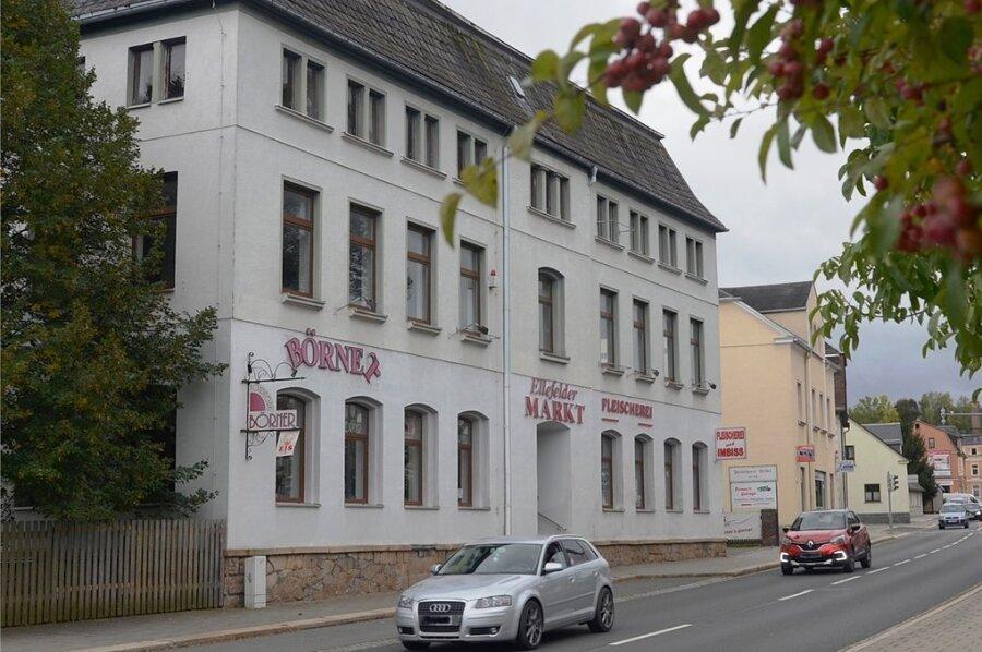 Das bisher als Ellefelder Markt bekannte Gebäude Hauptstraße 34 soll bis 2024/25 zum neuen Zentrum des Ortes ausgebaut werden, auch die Gemeindeverwaltung zieht dann hier ein.