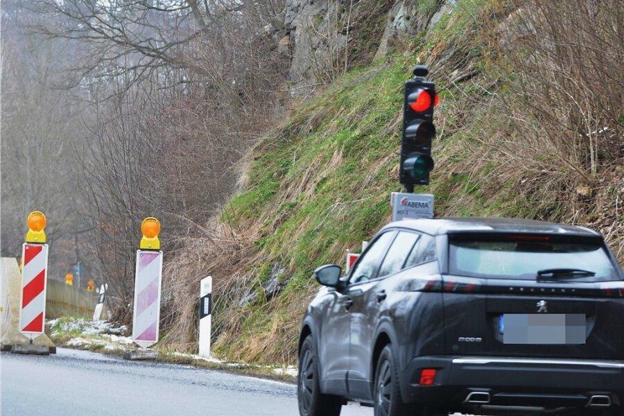 Wegen Steinschlag-Gefahr ist die S 209 am Ortsausgang Mulda in Richtung Lichtenberg derzeit nur halbseitig befahrbar. Jetzt soll der Hang gesichert werden.