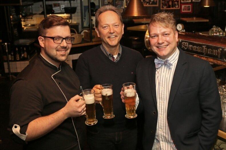 "Bernd Winkler stößt Anfang Januar 2017 mit Sebastian Scherk (links) und Michél Göbel (rechts) an, als die beiden das Zwickauer ""Brauhaus"" übernahmen, das Winkler mit André Stockmann 2001 eröffnet hatte."