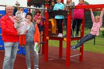 Frank und Andrea Schlegel haben mit ihrer Stiftung für die Fraureuther Grundschule ein neues Spielgerät finanziert.