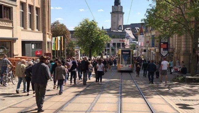 Wie schon am vergangenen Samstag (Foto) sind auch an diesem Wochenende wieder Vogtländer auf die Straße gegangen, um gegen die coronabedingten Auflagen zu protestieren.