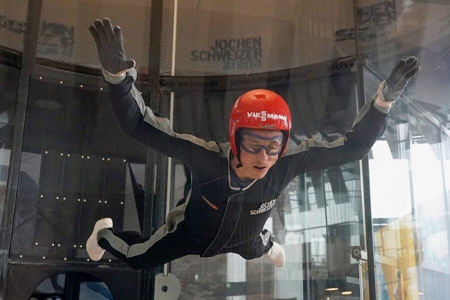 """Die Nordisch Kombinierten um Olympiasieger Eric Frenzel probten in der Indoor-Skydiving-Anlage von Jochen Schweizer in Taufkirchen das Zusammenspiel von Körper und Luft. """"Das war ein schöner Gaudi und cool zu spüren, welche Wirkung Bewegungen in der Strömung haben"""", sagte der Erzgebirger."""