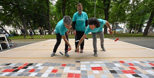 Auf dem Lessingplatz am Sonnenberg hat das slowenische Künstlerkollektiv BridA aus Nova Gorica am Mittwochnachmittag ein Kunstwerk gestaltet. Die Kreativen (von links: Tom Kersevan, Sendi Mango, Jurij Pavlica) sind seit Anfang Juli als Residenzkünstler in Chemnitz.