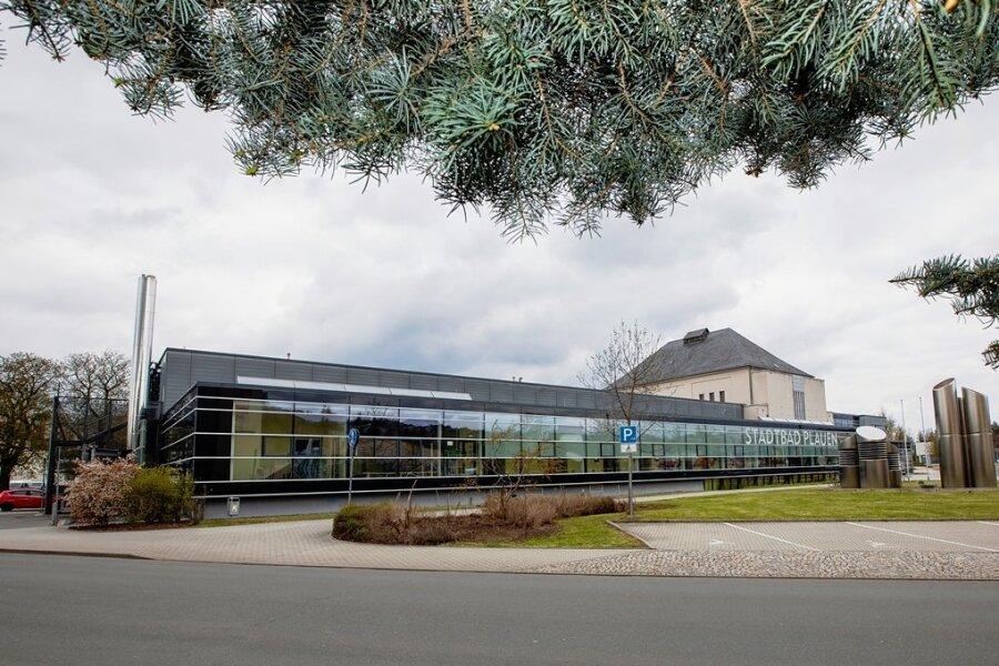 Das Plauener Stadtbad ist gefragt: Weil die Kapazitäten nicht ausreichen, soll an der Schwimmhalle ein Anbau entstehen - und zwar auf der im Foto gezeigten linken Gebäudeseite.