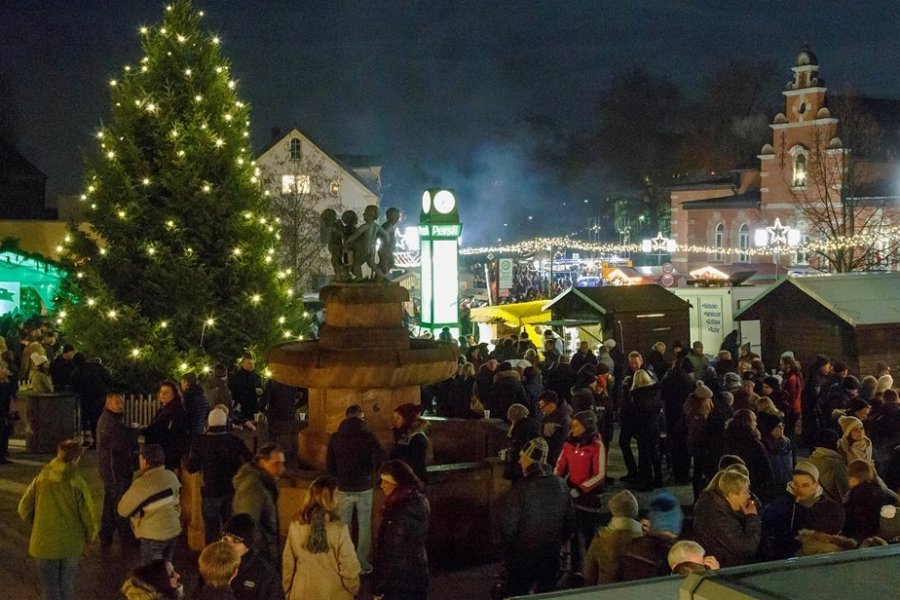 Blick auf den Weihnachtsmarkt in Oelsnitz, wie er sich vor zwei Jahren präsentierte. Auch in diesem Jahr soll es wieder einen Weihnachtsmarkt geben - angepasst an die geltenden Corona-Regeln.