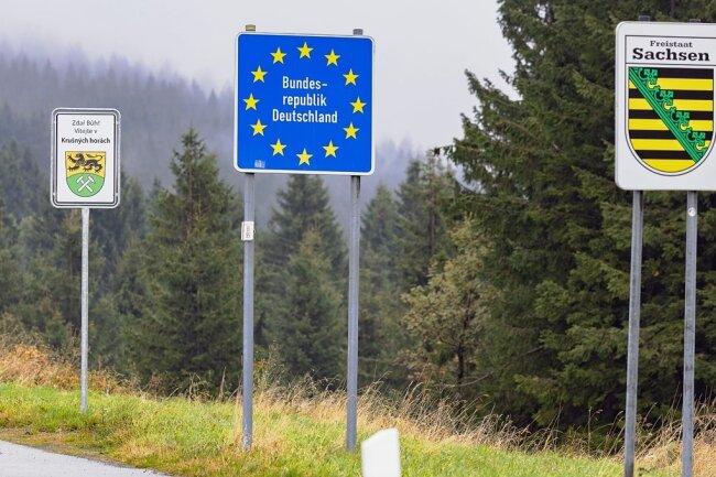 An der Staatsgrenze zu Tschechien ist ein neues Begrüßungsschild dazugekommen.