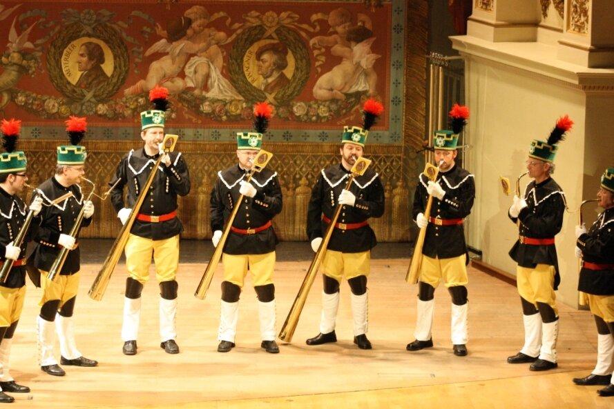 Als sich der gemeinsame Kulturraum Erzgebirge-Mittelsachsen, ein am 1. August 2008 gebildeter Zweckverband aus zwei kleineren Kulturräumen, in der Semperoper Dresden präsentierte, hatten auch diese Mitglieder des Erzgebirgsensembles Aue einen Auftritt - mit Russischen Hörnern.