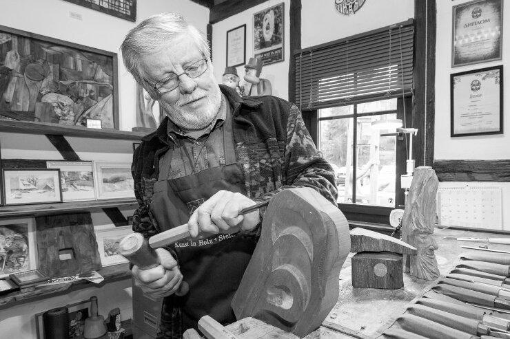Am 27. Oktober ist der Holzbildhauermeister und Vorsitzender des Verbandes Erzgebirgischer Schnitzer Dietmar Lang gestorben. Mit einer Schweigeminute gedachte die Stadt dem Frohnauer Künstler.