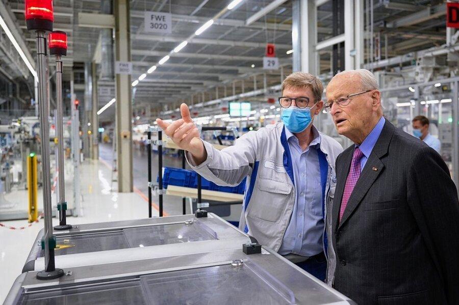 Carl Hahn (rechts) bei seinem Rundgang durch die Werkhallen in Mosel.
