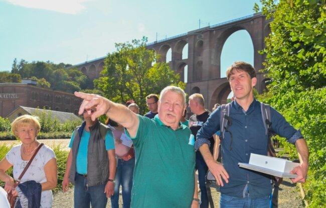 Die Zukunft fest im Blick: Andreas Ketzel erläutert Architekt Michael Rudolph seine Vorstellungen zur Gestaltung des Göltzschtalbrücken-Geländes.