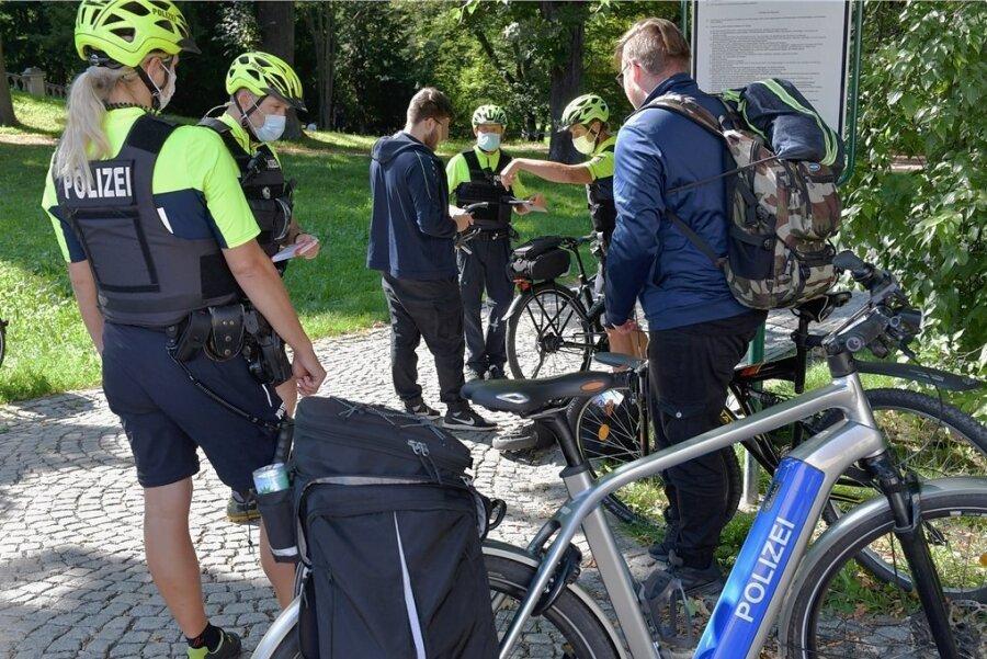 Fahrrad-Aktionstag in Freiberg: Elf Beamte der Fahrradstaffel der Polizeidirektion Leipzig kontrollierten am Dienstag beispielsweise im Albertpark Fahrradfahrer. Ein junger Mann hatte an seinem E-Roller keine Versicherungsplakette angebracht, hatte diese aber in seiner Tasche.