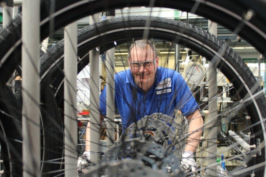 Diamant-Mitarbeiter Tino Steinbach in der Fahrrad-Montage im Werk in Hartmannsdorf.