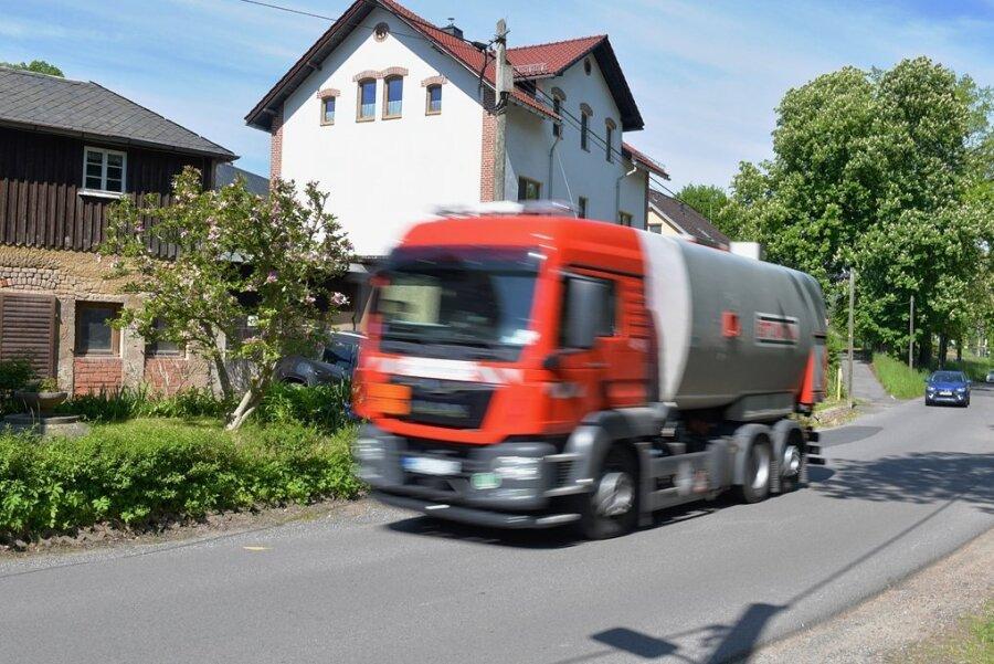 Vor allem der Schwerlastverkehr, der wegen der in Oederan gesperrten B 173 über die Ortsdurchfahrt in Falkenau ausweicht, sorgt für Ärger. Offiziell gilt die Strecke nur in eine Fahrtrichtung als Umleitung, genutzt wird sie aber in beide Fahrtrichtungen, weil der Weg deutlich kürzer ist.