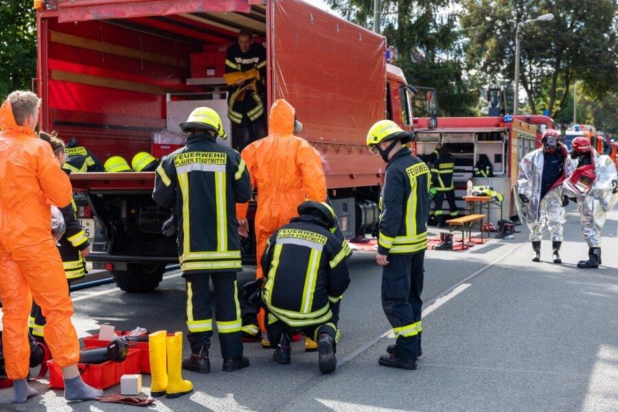 In Spezialschutzanzüge mussten die Einsatzkräfte der Freiwilligen Feuerwehr aus Plauen-Stadtmitte (links) und die der Berufsfeuerwehr schlüpfen.