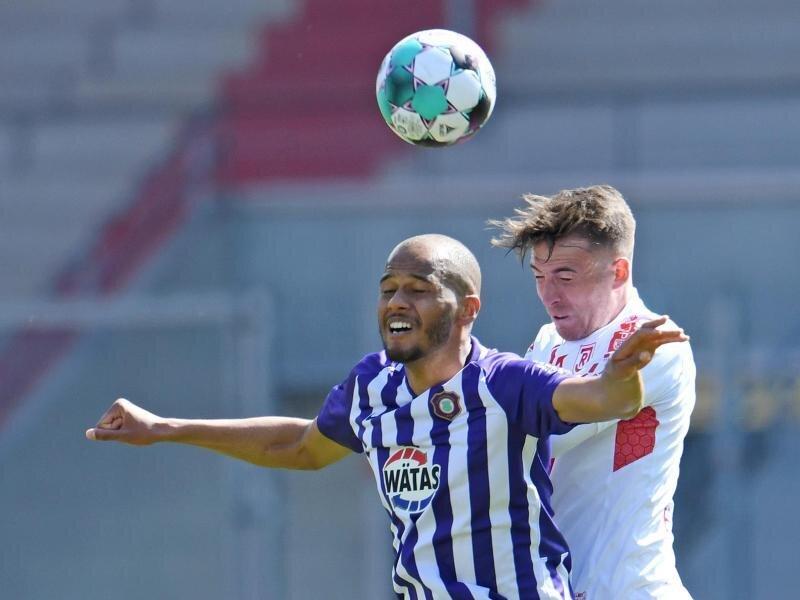 Louis Samson  (l) von Aue und Max Besuschkow von Regensburg kämpfen um den Ball.