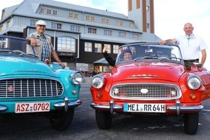 Andreas Seidler (links) aus Markersbach hat einen der ersten Skoda Felicia, während Elke und Heinz Tzschöckell aus Radebeul einen der letzten besitzen.