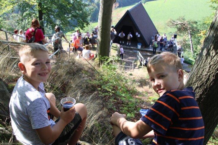 Die beiden Freunde Leonardo und Caspar hatten sich im vorigen Jahr zum Kunnersteinfest einen gemütlichen Platz oberhalb der Hütte gesucht und beobachteten den Trubel mit Abstand.