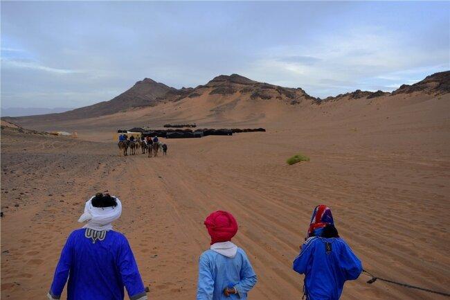 Unterm Hintern das Dromedar, am Ende des Sandweges das Camp.