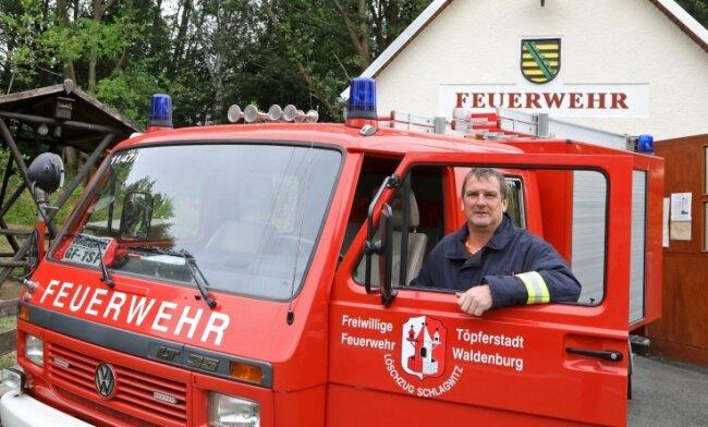 Jens Winter und die Feuerwehrleute aus Schlagwitz rücken mit einem 28 Jahre alten Fahrzeug aus.