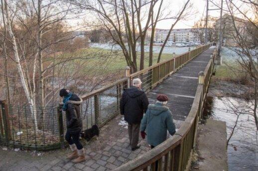 Eine neue Stegbrücke, hier das aktuelle Bauwerk, plant die Stadt Flöha schon seit ein paar Jahren. Jetzt rückt der Bau näher.