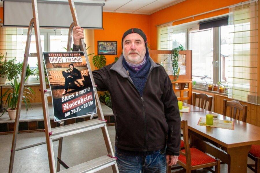 """Irgendwann sind alle Reparatur- und Ausbesserungsarbeiten erledigt. Dann bleibt nur noch Warten und Vorfreude auf ein Ende des Lockdown: Joachim Schmidt in der geschlossenen Gaststätte """"Zum Rosenheim""""."""