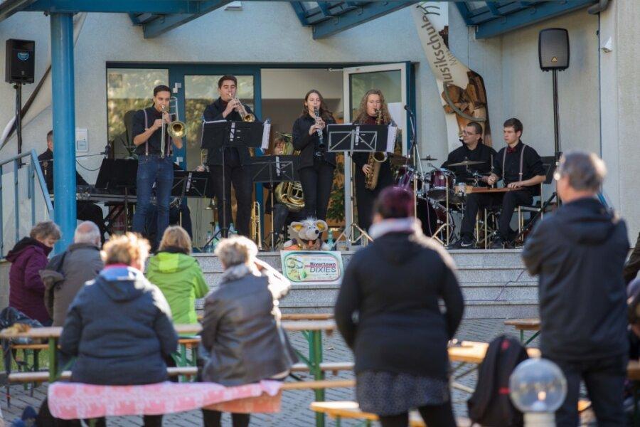 Flotte Dixielandmusik erklingt im Garten