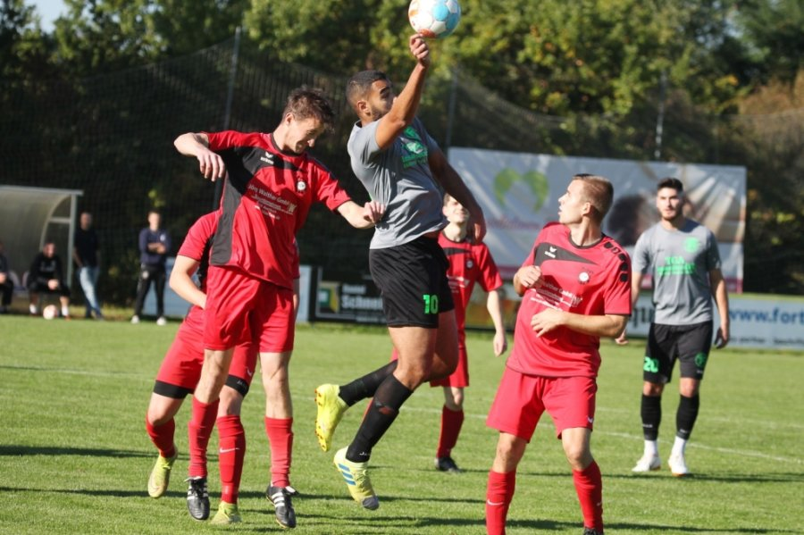 Überraschend deutlich mit 6:1 hat sich der FC Fortuna Plauen gegen den amtierenden Vogtlandpokalsieger Werda durchgesetzt. Hier behauptet sich Ahmed Zaim (Mitte) gegen Werdas Karel Fassel.