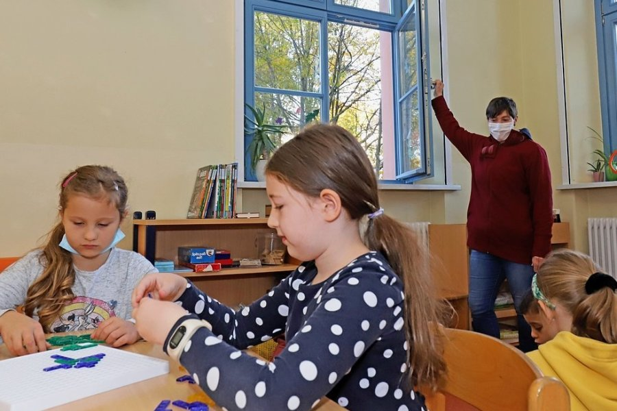 """Erzieherin Susann Kaden sorgt im Hort der Grundschule """"Theodor Körner"""" in Freiberg für Frischluft - sie öffnet regelmäßig die Fenster. Mobile Luftreinigungsgeräte will die Stadt nicht anschaffen."""