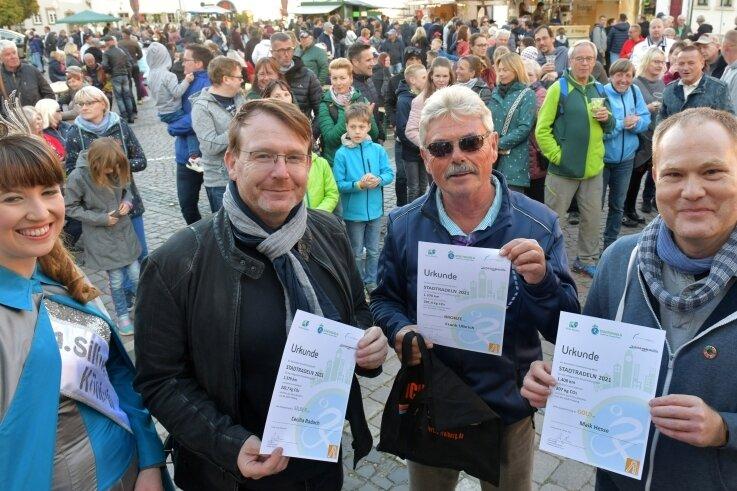 Für seinen dritten Platz im Stadtradeln wurde Frank Ulbricht (3. v. l.) von Silberstadtkönigin Julia Richter, OB Sven Krüger (2. v. l. ) und René Otparlik, Vereinsvorsitzender Agenda 21, geehrt.