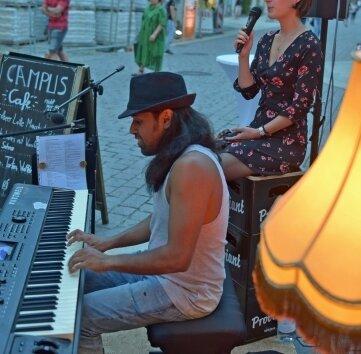Luisa und Maruf spielten vor dem Campus-Café auf.