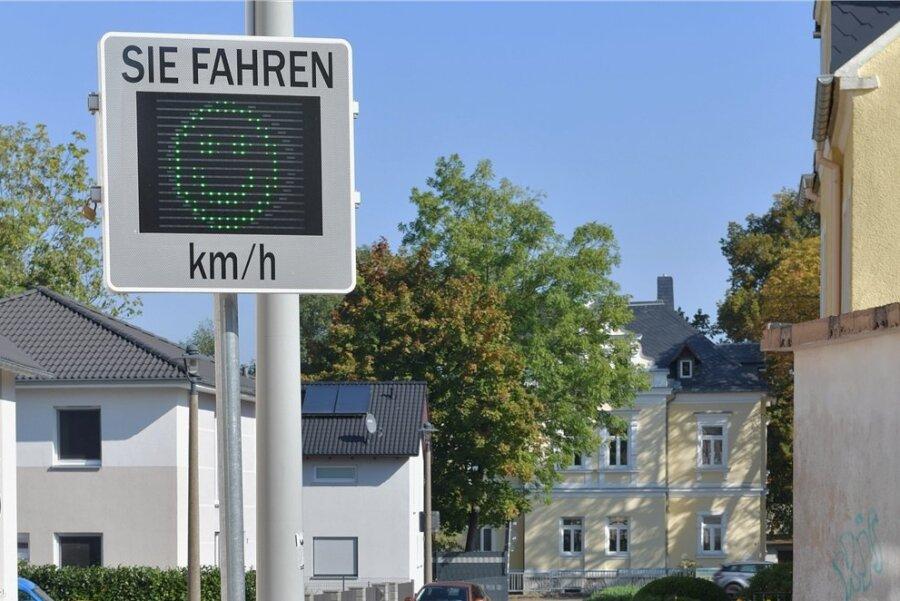 Ein Smiley erhalten Fahrer als Lob, die sich auf der Ziegelgasse in Freiberg an Tempo 30 halten.