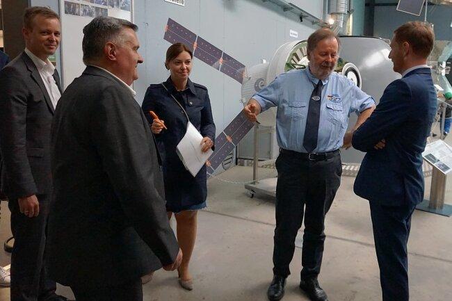 Ministerpräsident Michael Kretschmer (rechts) mit Alt-Bürgermeister Konrad Stahl, der Bundestagsabgeordneten Yvonne Magwas, Tobias Miethaner (links) und Bürgermeister Jürgen Mann (vorn).