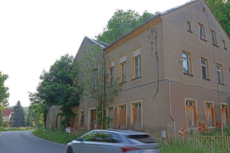 Das zur Ruine verkommene ehemalige Ferienlager im Wildenfelser Ortsteil Schönau wird jetzt abgerissen.