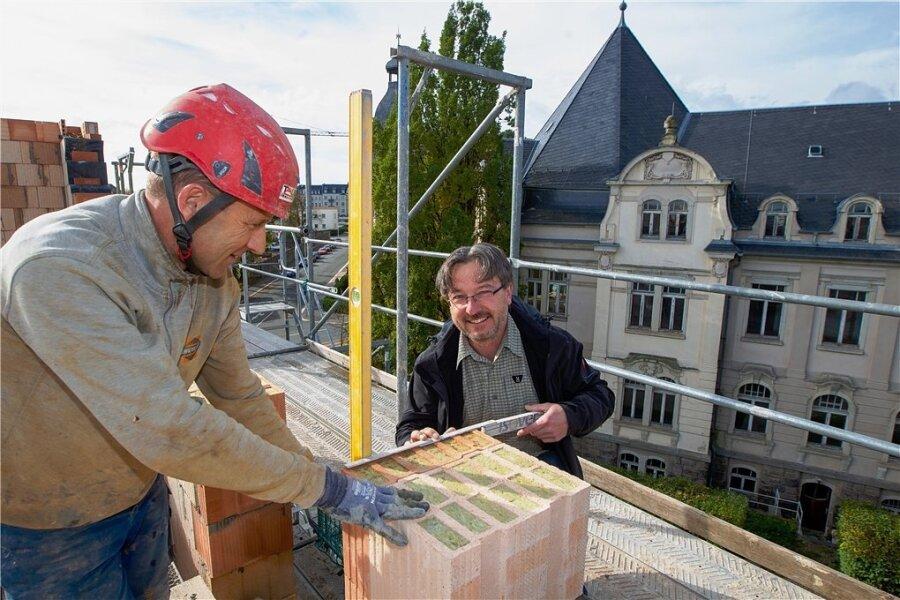 Bauunternehmer Christian Zschögner (rechts) und Jens Zschögner, Polier der Greizer Firma Taubert-Bau, haben gut lachen, denn der Aufbau des letzten Geschosses der ehemaligen Kommandantur befindet sich auf der Zielgeraden. Nun kann das Flachdach aufgesetzt werden. Im Hintergrund: das Ex-Landratsamt.