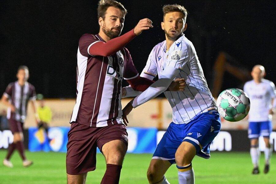 Der ehemalige Chemnitzer Matti Langer (r.), der im Sommer 2020 nach Jena gewechselt war, im Duell mit Christian Beck in der Partie gegen den BFC Dynamo.