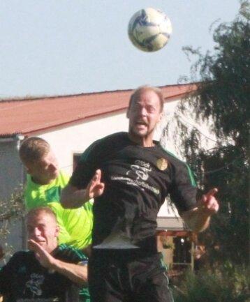 Jakob Pieles, hier beim Kopfball, war in der Abwehr oft Turm in der Schlacht. Zudem erzielte er - ebenfalls mit dem Kopf - das Tor zur 2:0-Pausenführung.